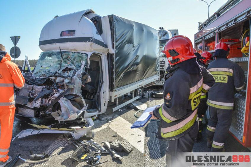 Zmiażdżone Renault Master na S8 pod Oleśnicą – kierowca busa ranny