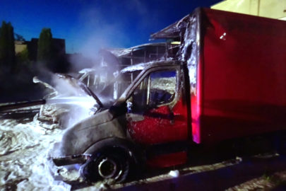Nocny pożar dwóch VW Crafterów – oba busy doszczętnie spalone