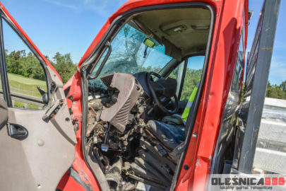 Renault Mascott najechało na ciężarówkę. Kierowca busa ranny