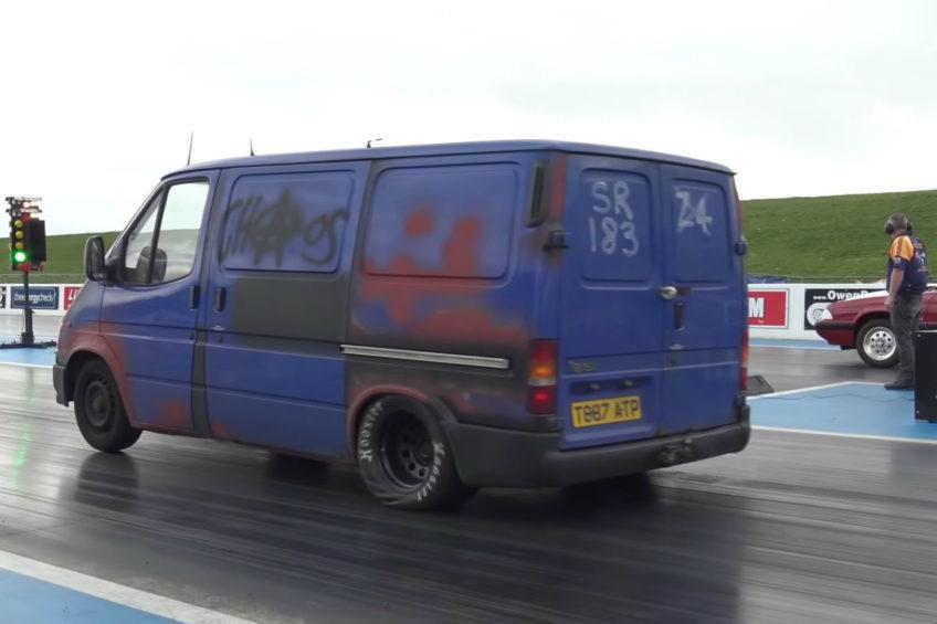 Ten Ford Transit z V8 pod maską robi ćwierć mili w 13 sekund (WIDEO)