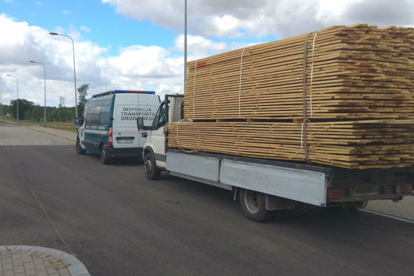 Iveco Daily ważyło 11 ton – ładunek zabezpieczono jednym pasem
