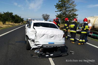 Nowe Audi A4 spadło z lawety – uszkodziło VW T5 i VW LT 35