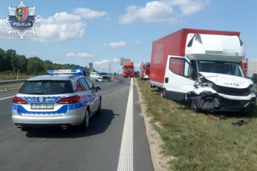 Iveco Daily uderzyło w Forda na S3 – kierowca busa był pijany