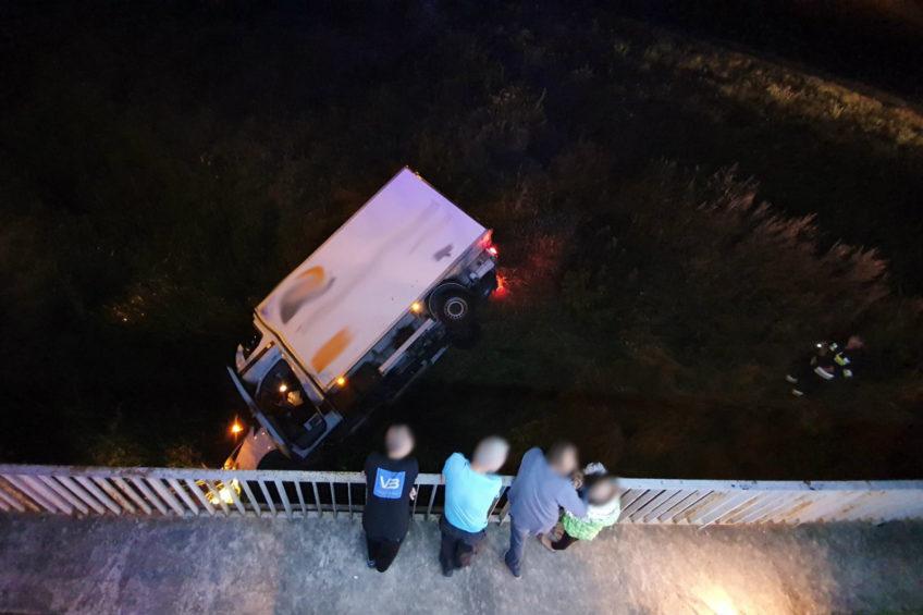Mercedesem Sprinterem wjechał do rzeki – 22-latkowi nic się nie stało