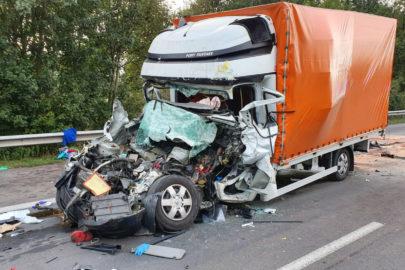 Na A7 Renault Master wjechało w ciężarówkę – nie żyje kierowca busa