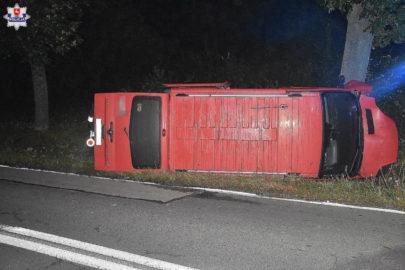 Opel Vivaro uderzył w drzewo – kierowca zasnął za kierownicą