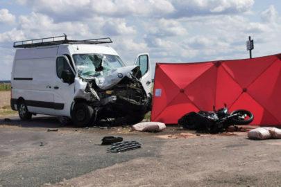Renault Master skręcało w lewo – nie żyją dwie osoby z motocykla