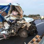Iveco Daily wjechało w naczepę na A10 – ciężko ranny kierowca busa