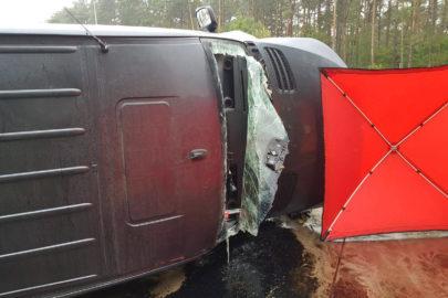 Na S8 Mercedes Sprinter przewrócił się na bok – 2 osoby zmarły