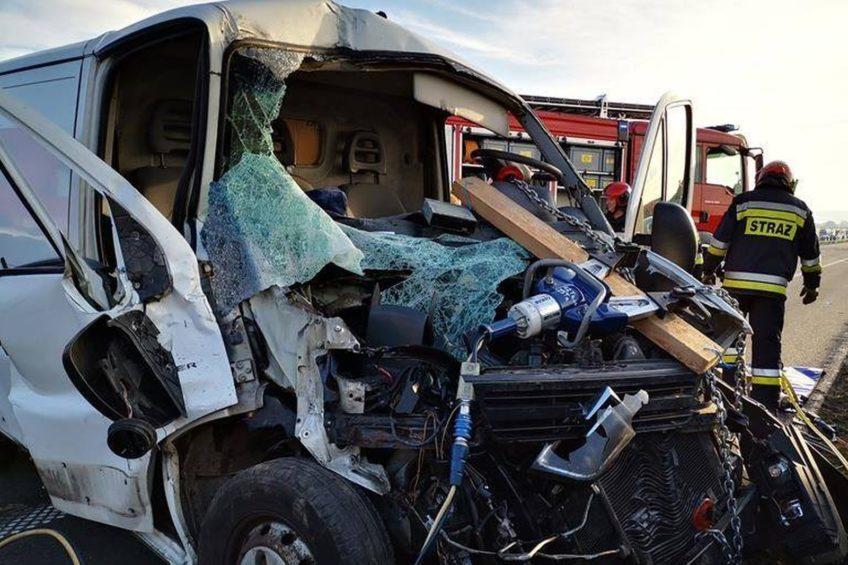 Citroën Jumper wjechał w tył naczepy – kierowca furgonu ciężko ranny