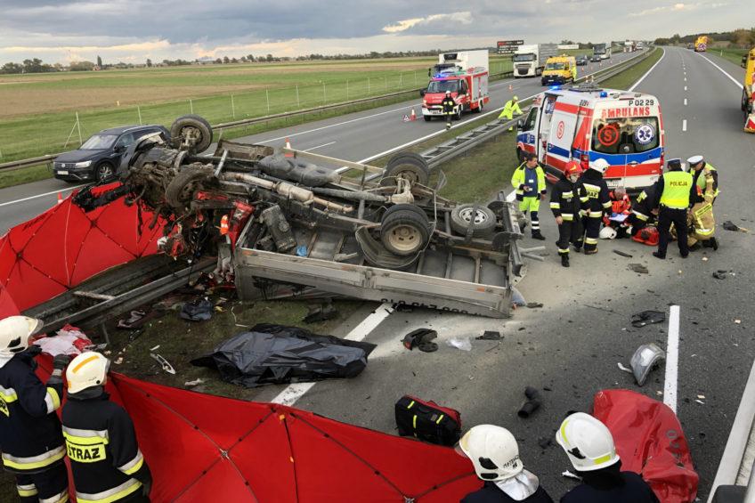 Na A2 Iveco Daily wjechało w auto drogowców. Jedna osoba zmarła