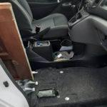 Nissan NV200 okazał się za mały. Pasażer siedział… na podłokietniku