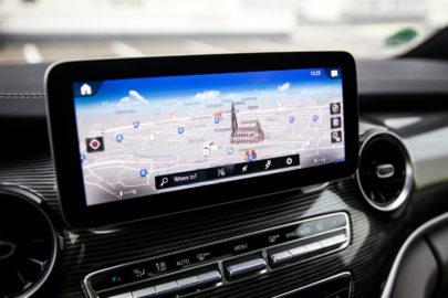 V-klasa Mercedesa z systemem MBUX i dotykowym wyświetlaczem