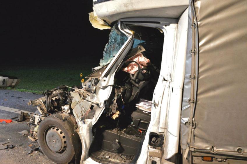 Na DK 5 Renault Master wjechało w naczepę. Nie żyje 33-latek z busa