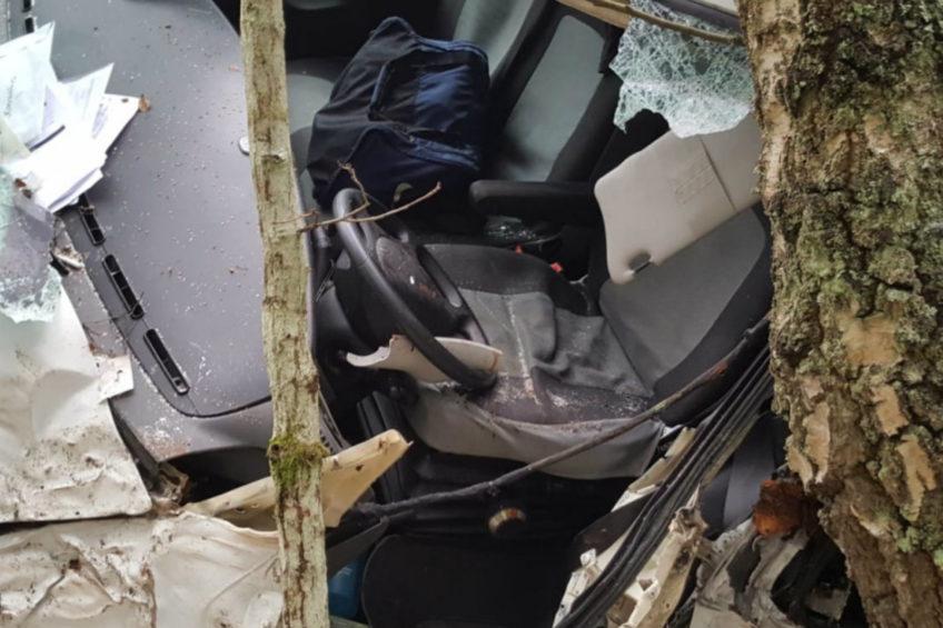 Pod Szczecinkiem Iveco Daily wjechało w drzewa. W busie były 2 osoby