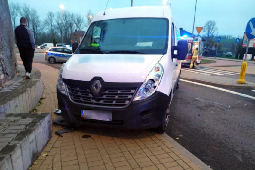 Renault Master przejechało wprost przez rondo. Nie żyje kierowca busa