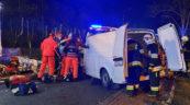 W Pisarzowicach VW Transporter uderzył w drzewo – kierowca ranny