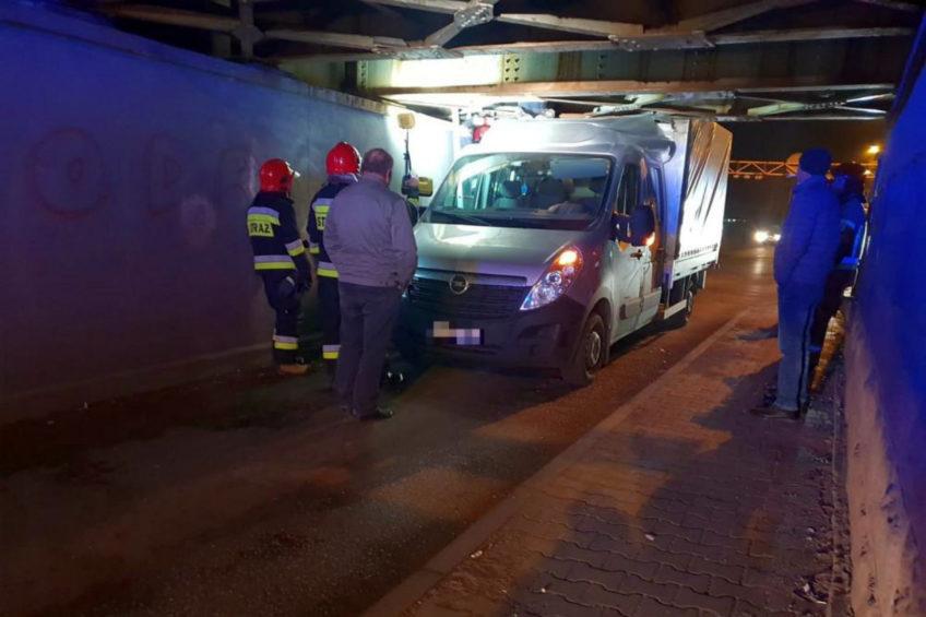 Opel Movano utknął pod wiaduktem kolejowym w Opolu