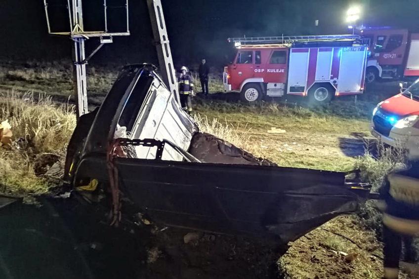 Renault Master wjechało pod pociąg – dwie osoby z busa w szpitalu