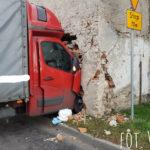 W Skoczowie Renault Master wjechało w budynek – ranny kierowca