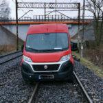 Fiat Ducato utknął na torach w Szczecinie – pociąg zdążył wyhamować