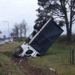 Kierowca Peugeota Boxera zasnął za kierownicą – bus wypadł z drogi
