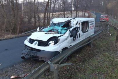 Na Renault Trafic spadło drzewo – kierowca ciężko ranny