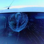 Tafla lodu z ciężarówki wbiła się w szybę Renault Master