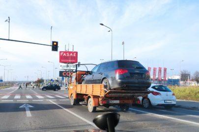 VW LT35 z Audi A4 na skrzyni – zabezpieczeniem była burta