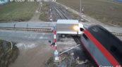 Kierowca Forda Transita wjechał pod pociąg – jest film z wypadku
