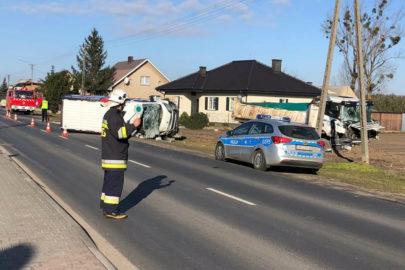 Kierowca Peugeota Boxera wypadł z kabiny po zderzeniu ze Scanią