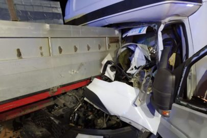 Na DK 94 Iveco Daily wjechało w naczepę – ranny kierowca busa
