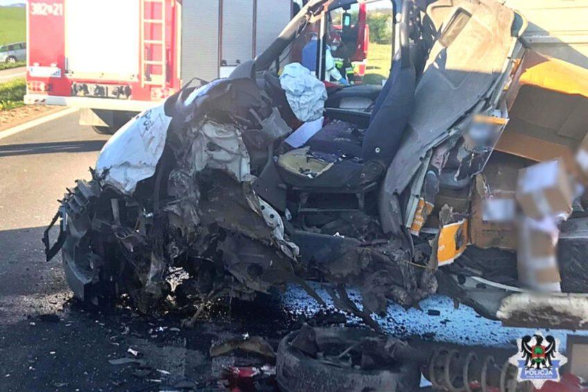 Kurierskie Ducato wjechało pod MAN-a – kierowca busa ciężko ranny