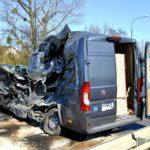 Scania przebiła barierki i uderzyła w Ducato. Kierowca busa ranny