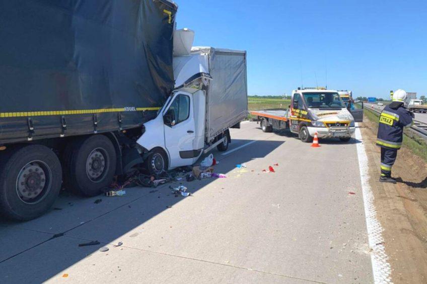 Na A4 Opel Movano wbił się w naczepę – kierowca busa zmarł