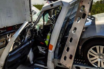 Na A4 Sprinter najechał na tył naczepy – kierowca autolawety przeżył