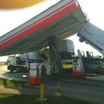 Masterka zawisła w powietrzu – autotransporterem zawadził o stację