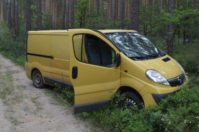 Opel Vivaro porzucony w lesie – na pace tona suszu tytoniowego