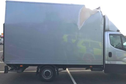 Poszycie kontenera spadało na drogę! Iveco Daily zatrzymane na M1