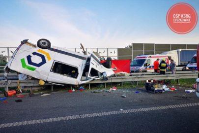 Sprinter dachował na A2 pod Łowiczem. 1 osoba nie żyje, 5 jest rannych