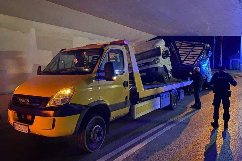 W Dębicy autolaweta z busem nie zmieściła się pod wiaduktem
