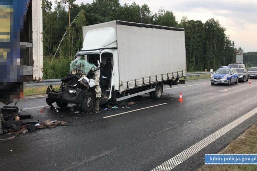 Iveco Daily wjechało na naczepę na S3 – 19-letni kierowca busa ranny