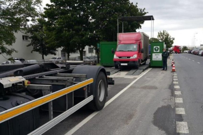 Solówka ITD musiała wyciągać busa z rolek! Przeciążony Ivan w Legnicy