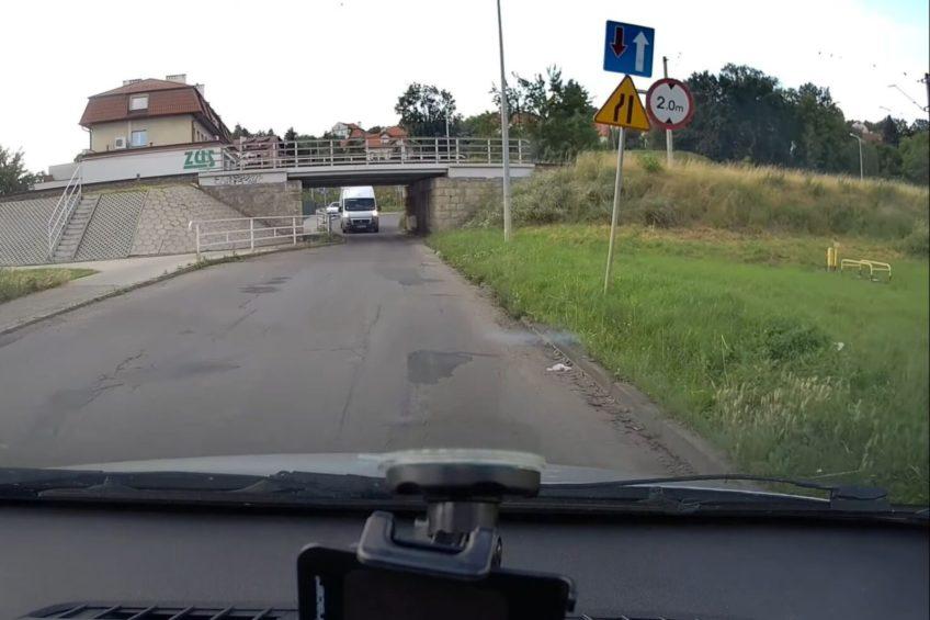 Ducato L4H3 wjechało pod wiadukt o wysokości 2 metrów (WIDEO)