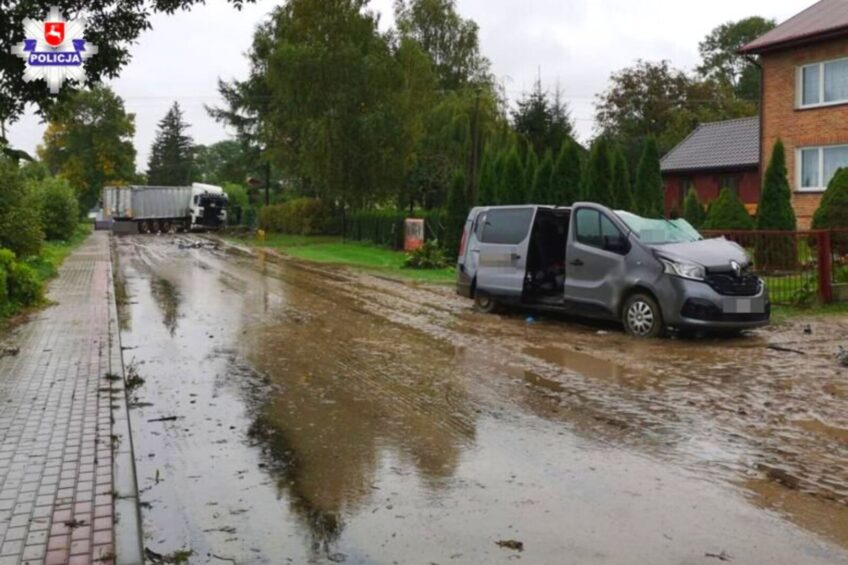 Śmiertelny wypadek z udziałem Renault Trafic i ciężarówki