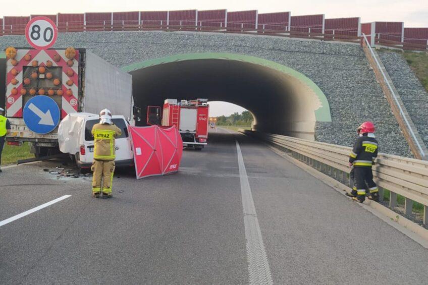 Na S5 VW Caddy wjechał w ciężarówkę – kierowca furgonetki zmarł