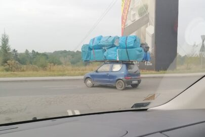 Fiat Seicento z ładunkiem na dachu – i po co komu VW T4?