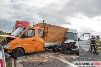 Na S8 Mercedes Sprinter wjechał w dokę służby drogowej