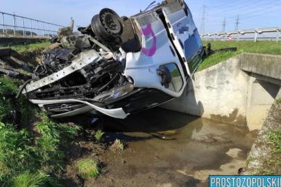 Opel Vivaro dachował na A4 – 2 osoby zostały ranne