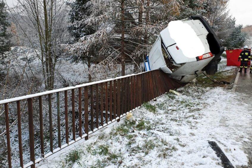 Peugeot Expert wbił się w bariery mostu – kierowca zmarł na miejscu